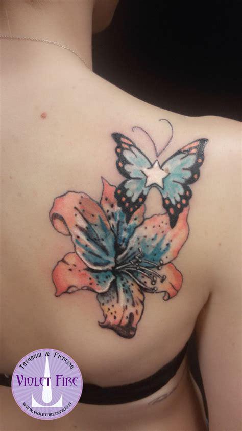 tatuaggi fiori schiena foto tatuaggio fiore giglio a colori arancione azzurro verde