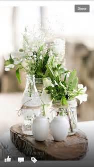 blumen tisch baumscheiben mit vasen blumen tisch deko hochzeit