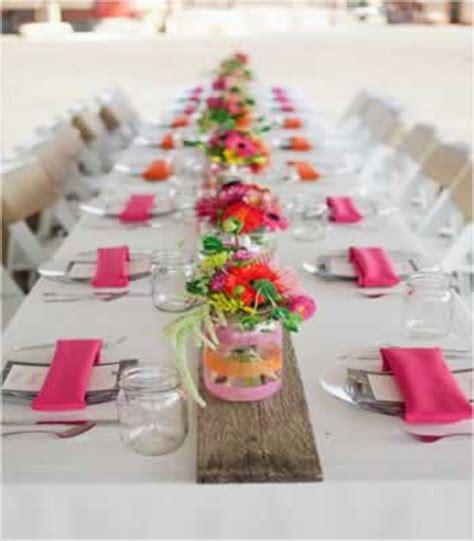vaasje met bloem in auto bruiloft stijl thema roze trouwen in de kleur roze