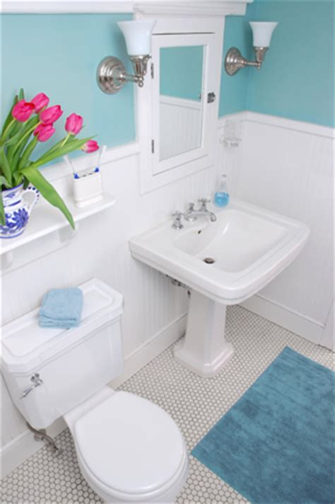 how to decorate a small bathroom