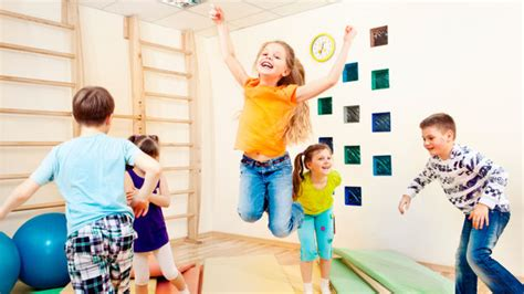imagenes de niños jugando maquinitas los ni 241 os deben jugar con otros ni 241 os al menos una hora al d 237 a