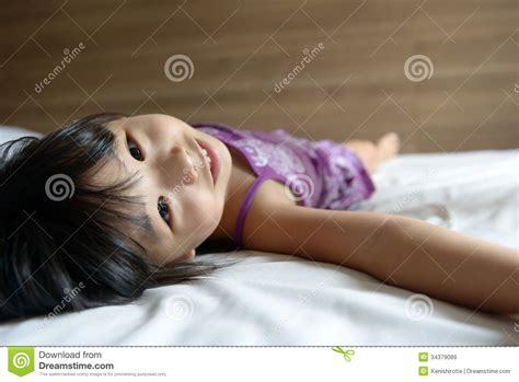 girls laying in bed little girl laying on bed royalty free stock images