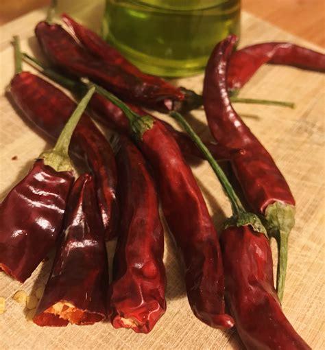 come fare l olio piccante in casa come fare l olio al peperoncino il corno rosso ricette