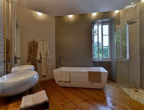 une salle de bains avec vasque 224 l