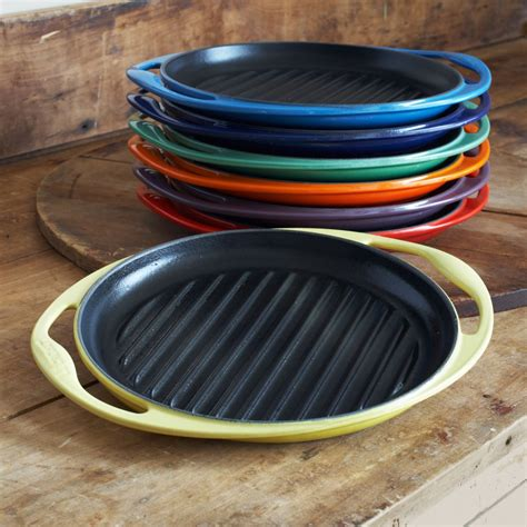 sur la table le creuset le creuset 174 soleil grill sur la table dishware
