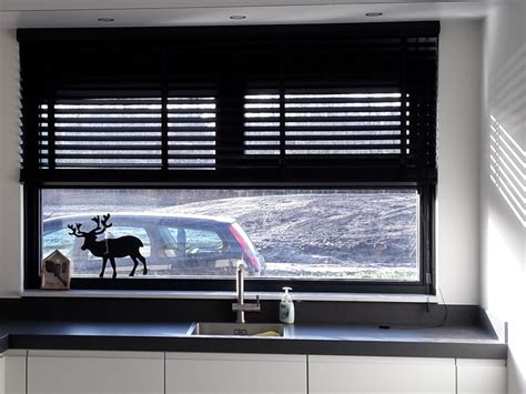 horizontale jaloezieen hout zwart inspiratie raamdecoratie
