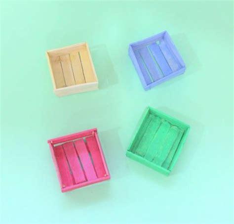 canastas de palitos madera de colores 33 manualidades que puedes hacer con palitos de paleta