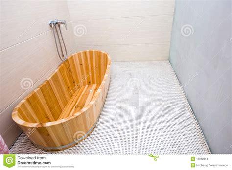 capienza vasca da bagno vasca da bagno di legno immagini stock immagine 16912314