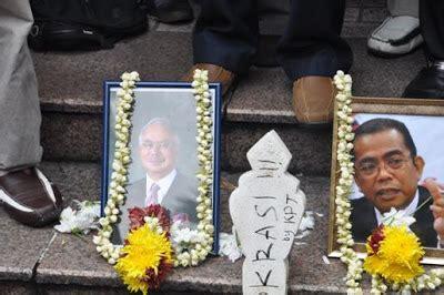 Kalung 3 Bunga Kuning perkasa holding quot funeral rites quot of lge