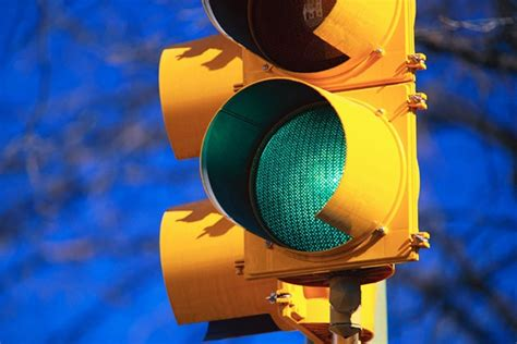 who controls traffic lights how traffic light systems work autoevolution