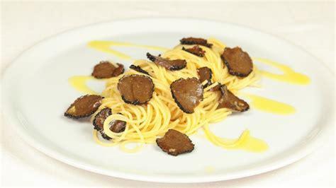 cucinare con il tartufo spaghetti al tartufo nero ricetta tipica umbria cookaround