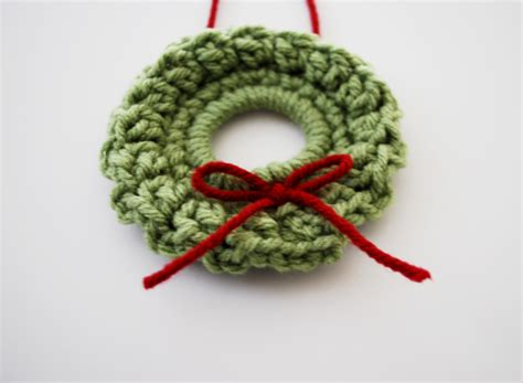 crochet a christmas wreath free pattern b hooked crochet