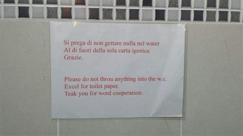 cartelli per bagni puliti questo il cartello nel bagno era un chimico foto di