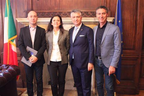 consolato italia new york pietrasanta riprende i rapporti con il consolato italiano