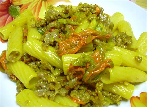 ricetta pasta con i fiori di zucca tortiglioni fiori di zucca salsiccia e zafferano