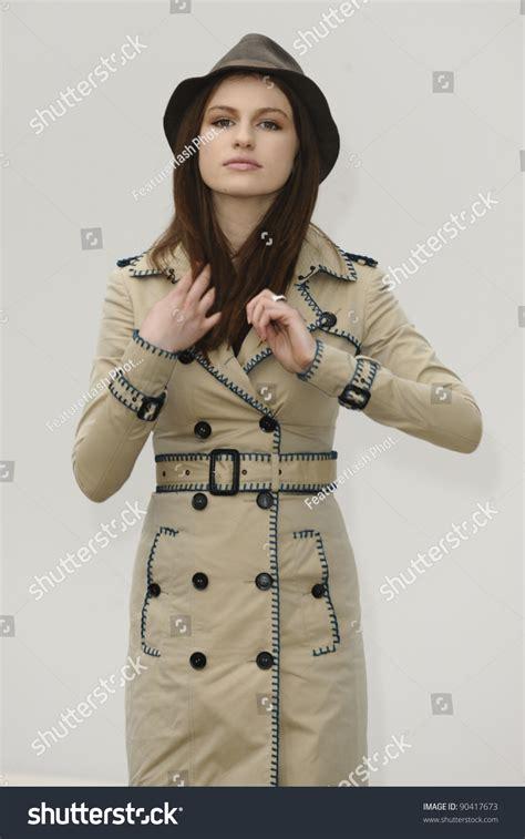 niqab cadar tali size ss model tali lennox arrives for the burberry prorsum ss 12