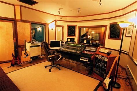 Kursi Piano Akustik desain studio musik dengan furniture minimalis fabelio