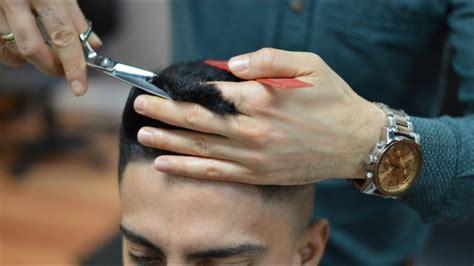 cortando el pelo como cortar con tijeras el pelo en la parte de arriba