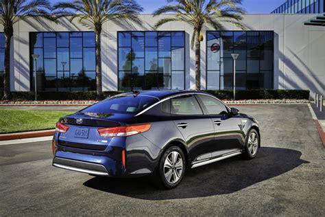 kia optima hybrid 2017 2017 kia optima hybrid unveiled with more compact battery
