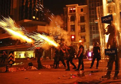 consolato israeliano crisi medio oriente istanbul manifestati assaltano