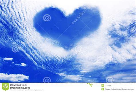 el cielo en un nubes que hacen que un coraz 243 n forma el cielo azul del againt foto de archivo imagen 12330620