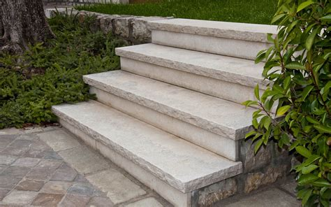 arredo giardino in pietra scalini in pietra gravinata e costa retta scalpellata