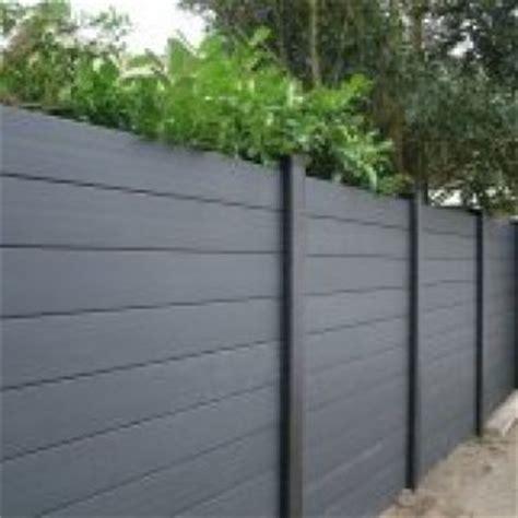 tuinhuis wit met grijze deuren aluminium kunststof combinatie schutting antraciet grijs