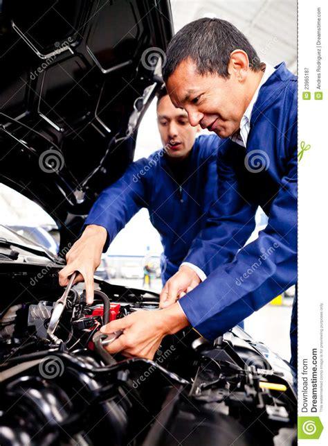 auto reparieren mechaniker die ein auto reparieren lizenzfreie