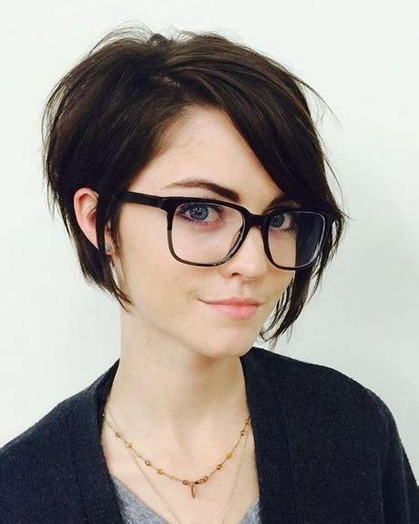kurzhaarfrisuren damen  mit brille