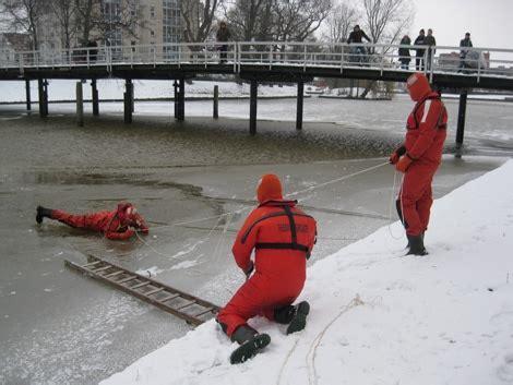 reddingsvest zwolle reddingsbrigade zwolle oefent ijsreddingen weblog zwolle