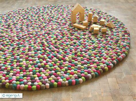 teppich aus filzkugeln wohnen filzteppich aus hunderten bunten filzkugeln