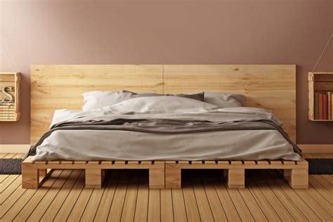 schlafzimmer wand hinter dem bett w 228 nde mit holz gestalten ideen alternativen wandtrends