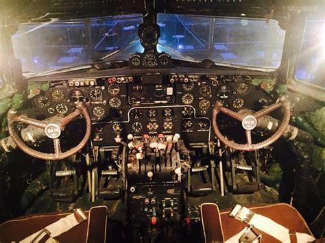 cabina di pilotaggio aereo cabina di pilotaggio di aereo russo da museo foto di