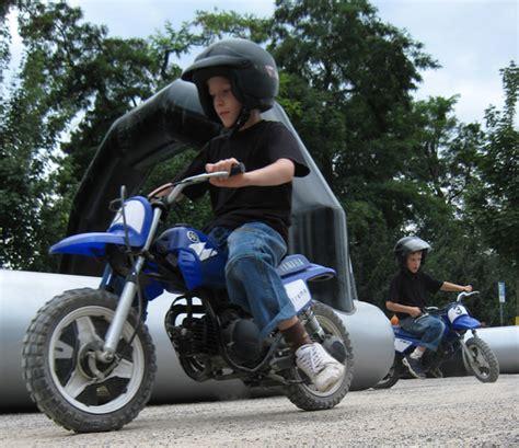 Motorrad Mit Zwei Vorderrädern by Mini Motorrad Bahn Mieten Kinder Rennbahn Mit