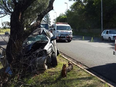 car crashes into tree killed after car crashes into tree in chatsworth