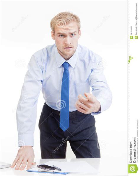 capo ufficio sta capo arrabbiato dietro lo scrittorio fotografia stock