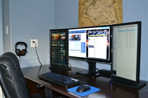 Gaming Desk For 3 Monitors Want This Three Monitor Setup One Large In Middle Two Portrait On Each Side Ideas Pinterest