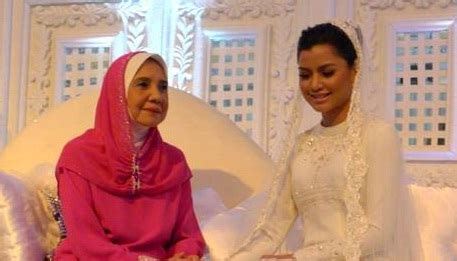 Baju Akad Nikah Berwarna pengantin baru yusri surihani oh rojak