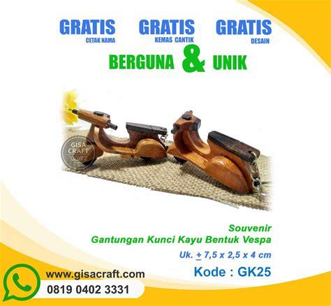 Dijamin Gantungan Kunci Vespa Souvenir Pernikahan souvenir gantungan kunci kayu bentuk vespa gk25 gisa craft