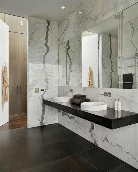 Exceptionnel Peindre Du Marbre Salle De Bain #2: modeles-salles-de-bains-en-marbre-blanc-et-vasques-blancs-comment-amenager-la-salle-de-bain.jpg
