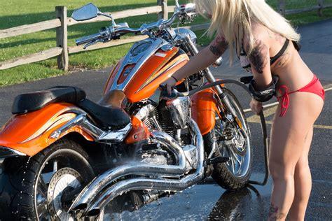 Motorrad Waschanlage by Beautiful Washing A Bike During The Thiel S Wheels