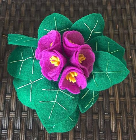 primule in vaso vaso di primule in feltro con fiori viola per la casa e