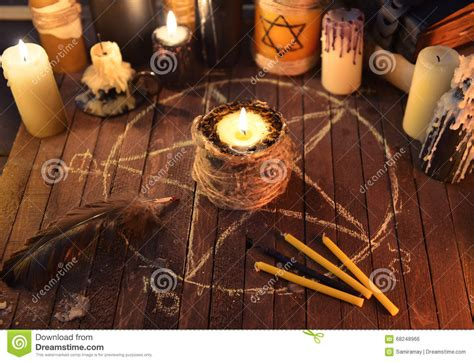 candela nera magia candela diabolica nel cerchio pentagramma fotografia