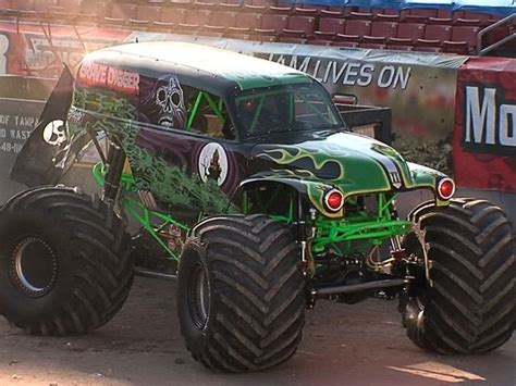 trucks grave digger crashes driver of grave digger injured in jam in