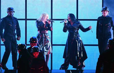 demi lovato y christina aguilera billboard christina aguilera and demi lovato perform electrifying