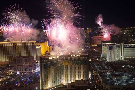 new year 2018 in vegas las vegas fireworks go as midnight arrives photos
