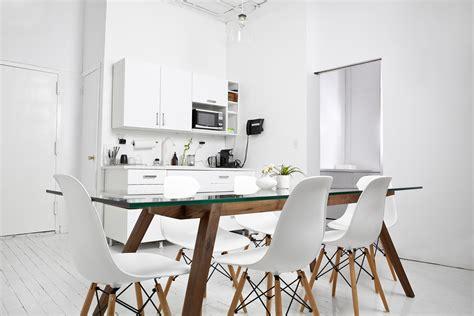 studio four nyc bureau new yorkais blanc avec une table en bois et des