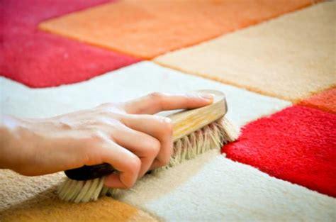 como quitar los restos de pegamento de las alfombras