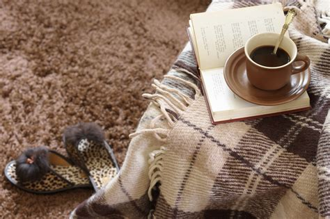 18 easy ways to make your home cozy for fall vogue 8 tips to make your home cozy for fall