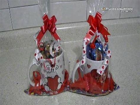 como envolver una taza para regalar como hacer taza con chocolates para regalar en san